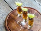 Verres de tequila sur la planche de bois — Photo