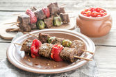Grilled beef skewers with pepper and brussels — Stock Photo