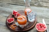Grapefruit fresh on the wooden table — Stock Photo
