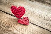 Ręcznie robione retro serca na tle drewniane — Zdjęcie stockowe