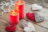 Сердца с зажженными свечами на деревянных фоне — Стоковое фото