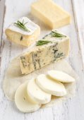 Various types of cheese on the wooden board — Stock Photo