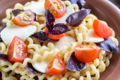 Fusilli lunghi with cheese and cherry tomatoes — Stock Photo