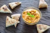 A bowl of hummus with pita slices — Zdjęcie stockowe