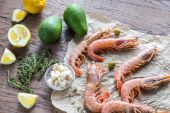 Raw shrimps with avocado and lemon wedges — Stock Photo