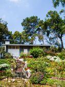 Huis in floral park — Stockfoto