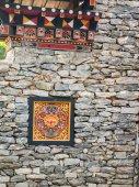 Bhutan traditionele houten decoratie in rotswand — Stockfoto