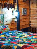 Chambre dans maison cabane en rondins — Photo
