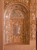 Closeup of white stucco and mirror decoration in the interior wall of historic old house in Kashan, Iran — Stock Photo
