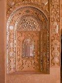 在卡尚,伊朗历史的老房子内墙白的灰泥和镜子装饰的特写 — 图库照片