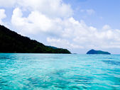 Crystal clear blue waters of the Andaman sea against blue sky in Surin Marine park, Phanga, Thailand — Stockfoto