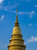 Golden pagoda with blue sky in Lamphun in Thailand — Stok fotoğraf