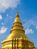 Golden pagoda with blue sky in Lamphun in Thailand — Stock Photo