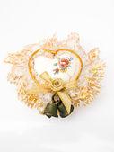 用铃铛和孤立的白色衬底上的花边装饰陶瓷心脏 — 图库照片