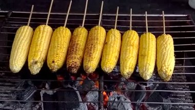 Grilled fresh corn in local market in Thailand — Stock Video