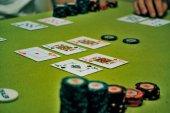 Fichas y tarjetas para jugar al poker — Foto de Stock