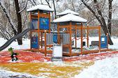 在第一场雪下的公园里的儿童游乐场 — 图库照片