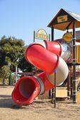 Tipo de túnel retorcido tobogán en un parque infantil — Foto de Stock