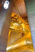 Bangkok, Tailândia - 29 de dezembro de 2012: reclinar buddha em Wat P — Fotografia Stock