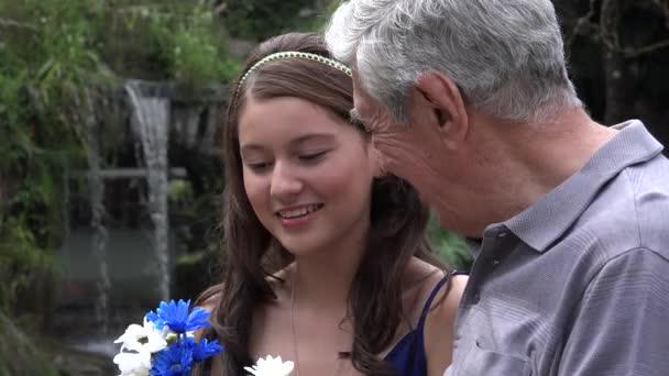 девушка с дедом видео