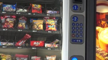 Vending Machine, Chips, Cookies, Candy — Stock Video