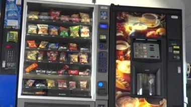 торговый автомат, чипсы, печенье, конфеты — Стоковое видео