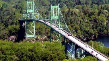 Ponts suspendus, les travées, les passerelles — Vidéo
