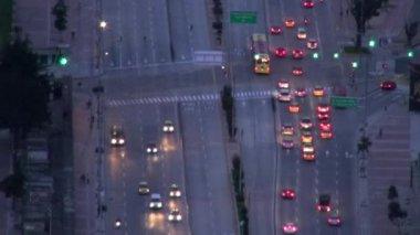 夜交通、 头灯、 行驶的汽车 — 图库视频影像