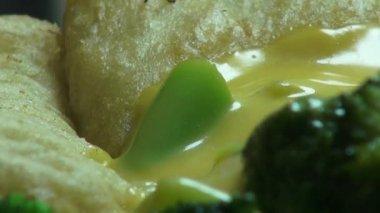 Brokoli peynir soslu sebze — Stok video