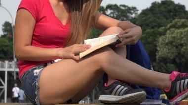 Studentka čtení — Stock video