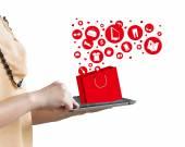 通过使用数字平板电脑在线购物的女人 — 图库照片