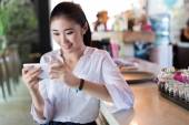 Chinese girl in the bar bar counter — Stock Photo