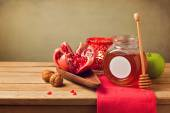 Pomegranate and honey for Rosh Hashanah holiday. Jewish New Year. — Stock Photo