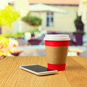 Kaffeetasse und handy — Stockfoto