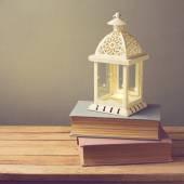Lanterna com vela e livros — Fotografia Stock