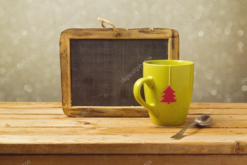 茶杯和黑板木制的桌子上