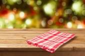 Mesa de madeira com toalha de mesa — Foto Stock
