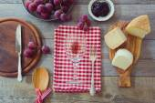 Wine, cheese and grapes on table — Foto de Stock