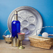 Matzo and wine for Jewish holiday — Stock Photo