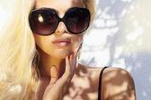 Beautiful woman in sunglasses.beauty blond girl in near the wall. Summer — Foto Stock
