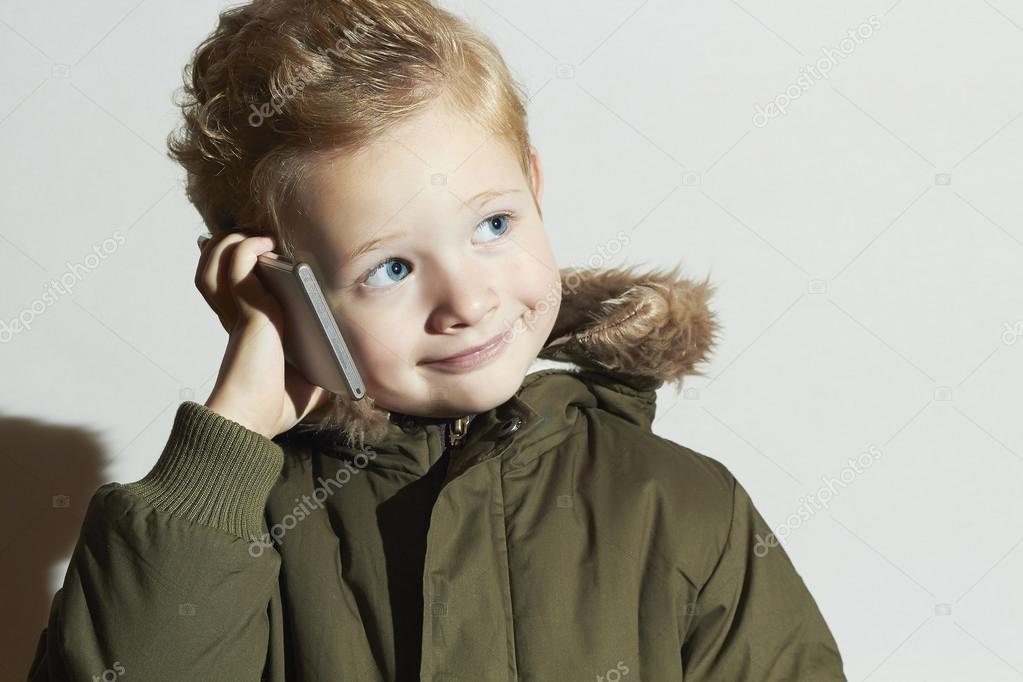 funny petit gar on parler sur le t l phone portable enfant moderne en manteau d 39 hiver fashion. Black Bedroom Furniture Sets. Home Design Ideas