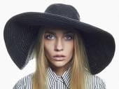 Beautiful Blond Woman in Black Hat. Fashionable model Elegance Beauty Girl — Foto de Stock