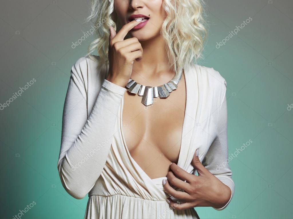 krasivoe-dekolte-u-blondinki