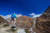 Wandelaar op de trek in de Himalaya, Manaslu regio, Nepal — Stockfoto