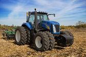プランターで近代的な農業用トラクター — ストック写真