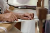 Hand loom weaver's hands — Stock Photo