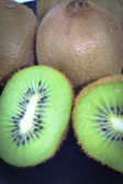 Kiwi on a cutting board — Stock Photo