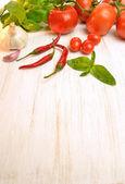 Garlic, chilli, tomatoes and basil — 图库照片
