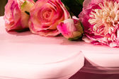 ροζ τριαντάφυλλα στο τραπέζι ροζ (2) — Φωτογραφία Αρχείου