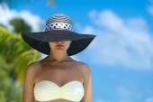 Woman with bronze tan enjoying beach relaxing — Stock Photo